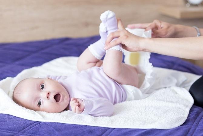 Малышу меняют подгузник