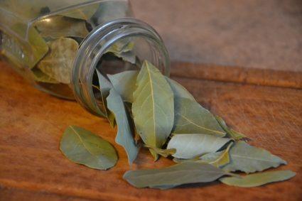 Лаврушка используется во многих домашних рецептах