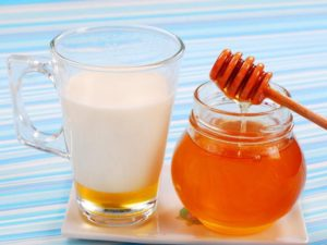 Как применять молоко с содой и медом от кашля
