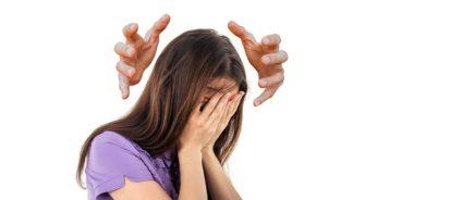 Ярким признаком недуга является боль в голове
