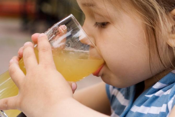 Ребёнок пьёт кисель