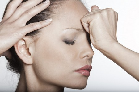 Появление мучительного болевого синдрома, вялости, тошноты, головных болей - причины холодного пота