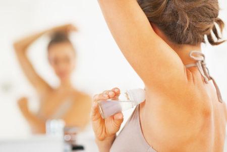 Применение дезодоранта на чистую кожу