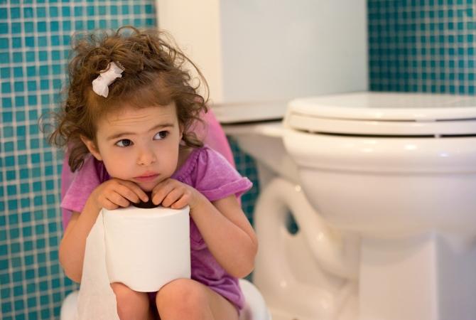 Грустная девочка держит туалетную бумагу