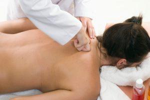 Польза и вред безмедикаментозного лечения: можно ли делать массаж при грыже шейного отдела позвоночника