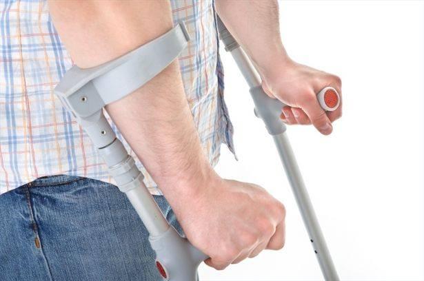 Хождение на костылях после операции