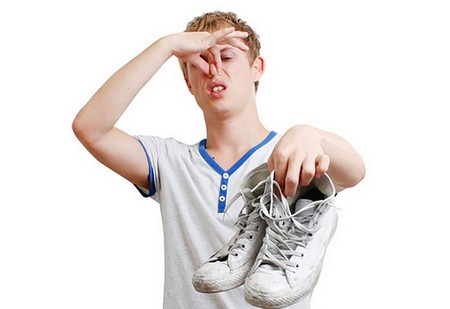 К появлению неприятного запаха приводит ношение некачественной обуви